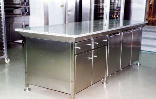 Mobiliario de acero inoxidable como mesas trabajo estanterías ...